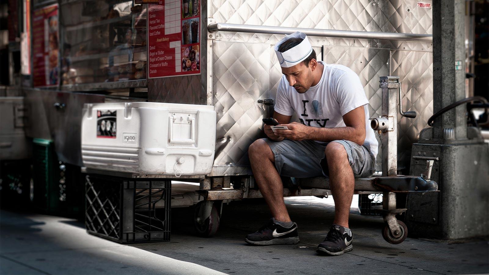 Werkende man tijdens zijn pauze bezig met Dubline - een telefoon met twee nummers