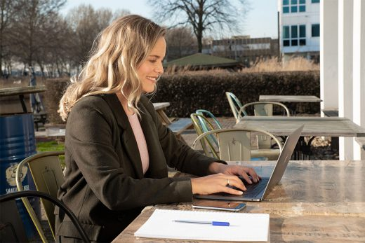 Isa vraag een 085-nummer aan via haar laptop